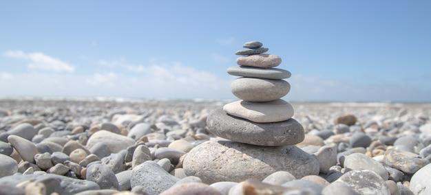Bello colpo di una pila di rocce sulla spiaggia Foto Gratuite