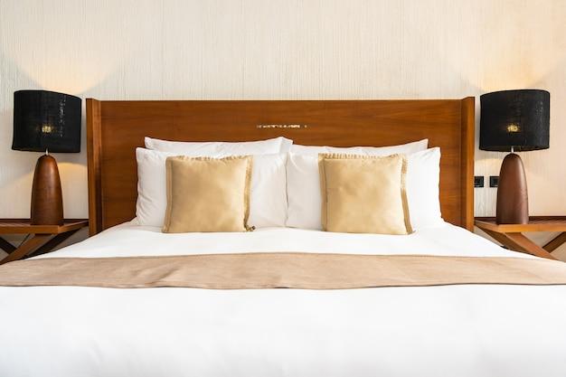 Bello cuscino e coperta bianchi di lusso comodi sulla decorazione del letto in camera da letto Foto Gratuite
