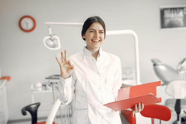 Bello dentista che lavora ad una clinica dentale Foto Gratuite
