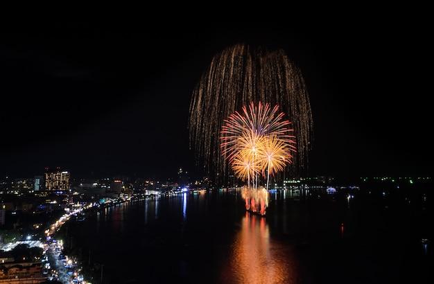 Bello fuoco d'artificio alla spiaggia di pattaya, tailandia Foto Premium