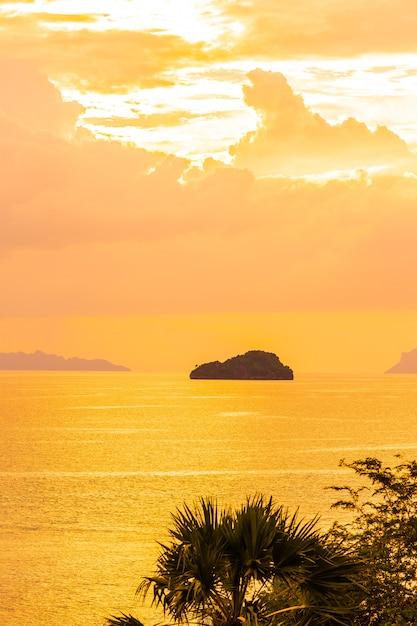 Bello mare tropicale all'aperto della spiaggia intorno all'isola di samui con l'albero del cocco e altro a tempo di tramonto Foto Gratuite
