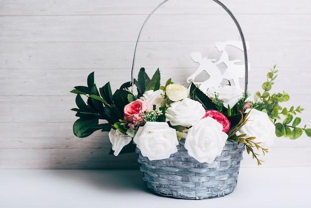 Bello mazzo decorativo delle rose con la figura tagliata contro fondo di legno Foto Gratuite