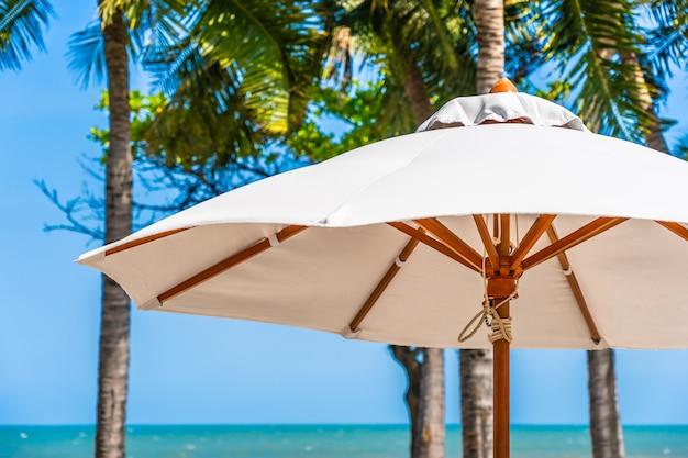 Bello paesaggio dell'oceano del mare sul cielo con l'ombrello e la sedia intorno alla piscina all'aperto di lusso Foto Gratuite