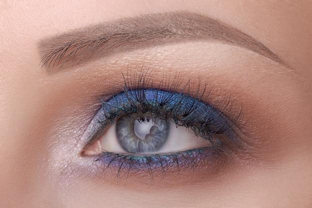 Bello primo piano dell'occhio azzurro, trucco luminoso Foto Premium