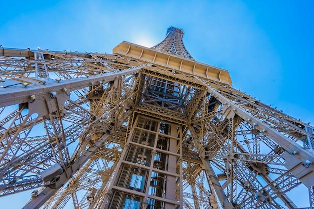 Bello punto di riferimento della torre eiffel dell'hotel parigino e della località di soggiorno nella città di macao Foto Gratuite