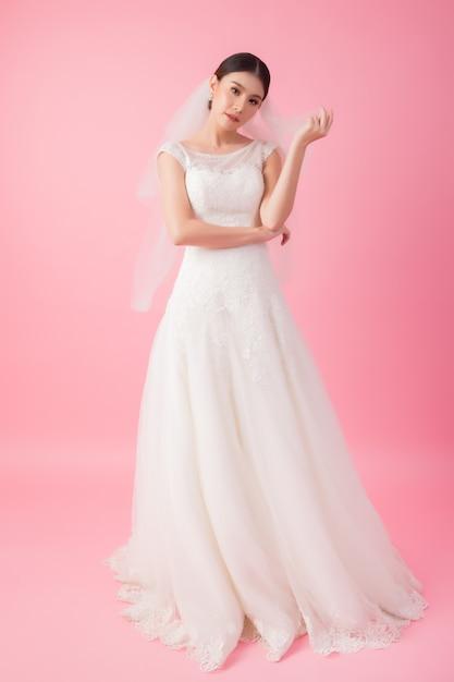 Bello ritratto asiatico della sposa nel rosa Foto Gratuite