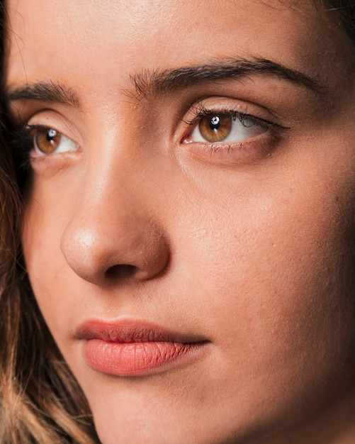 Bello ritratto serio castana della ragazza Foto Gratuite