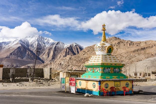 Bello stupa buddista con cielo blu nuvoloso vicino al lago pangong in leh, ladakh, Foto Premium