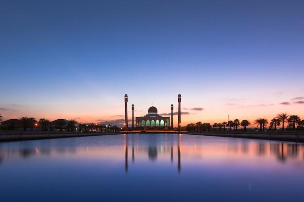 Bello tramonto della moschea centrale di songkhla, tailandia Foto Premium