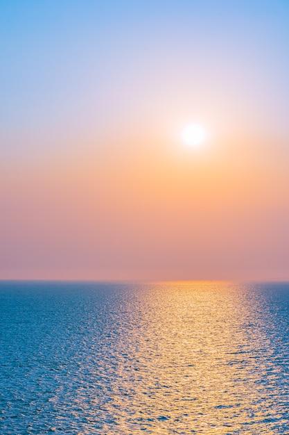 Bello tramonto o alba intorno alla baia dell'oceano del mare con la nuvola sul cielo Foto Gratuite