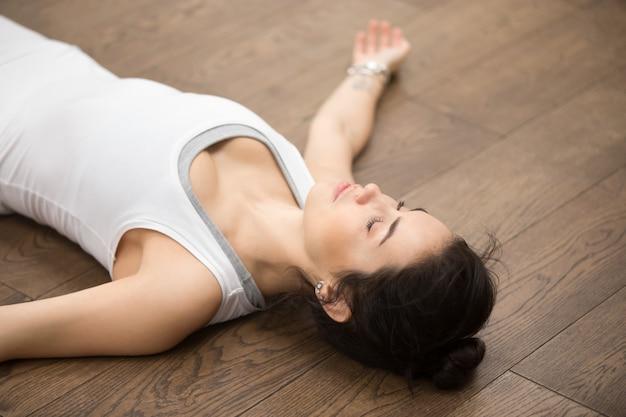 Bello yoga: riposo dopo la pratica Foto Gratuite