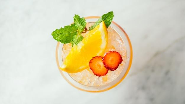 Bere cocktail di ghiaccio Foto Gratuite