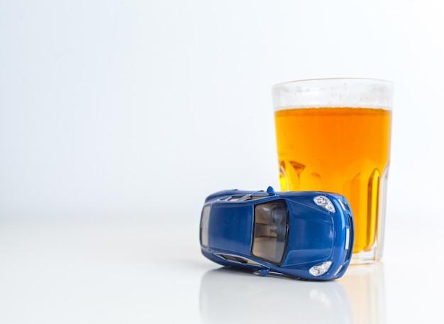 Bere guidando o una guida non sobria Foto Premium