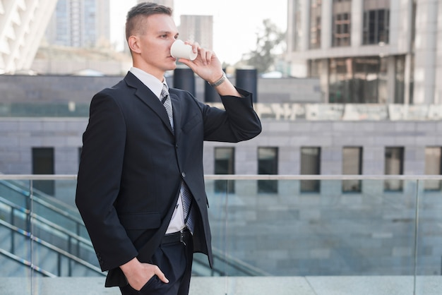 Bere moderno uomo d'affari Foto Gratuite