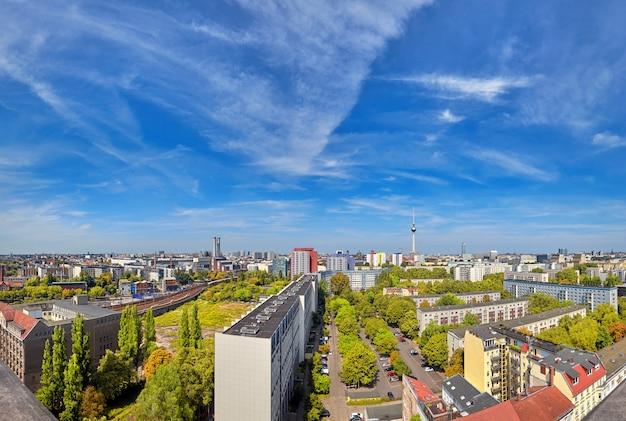 Berlino orientale dall'alto: edifici moderni, torre della televisione su alexanderplatz e skyline della città Foto Premium