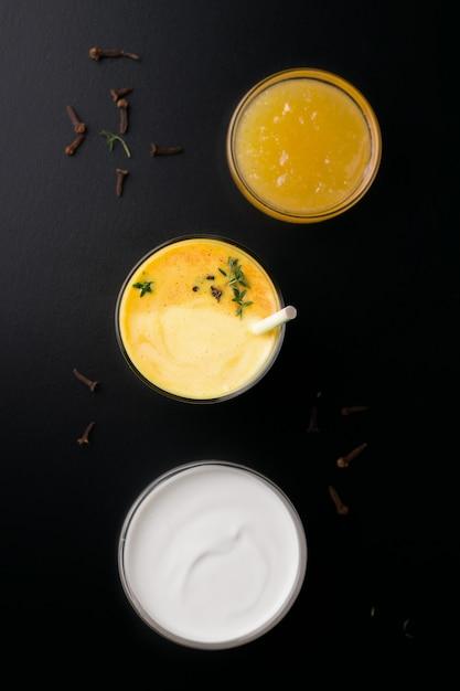 Bevanda del mango di lassi accanto a marmellata e yogurt sul nero. vista dall'alto Foto Premium