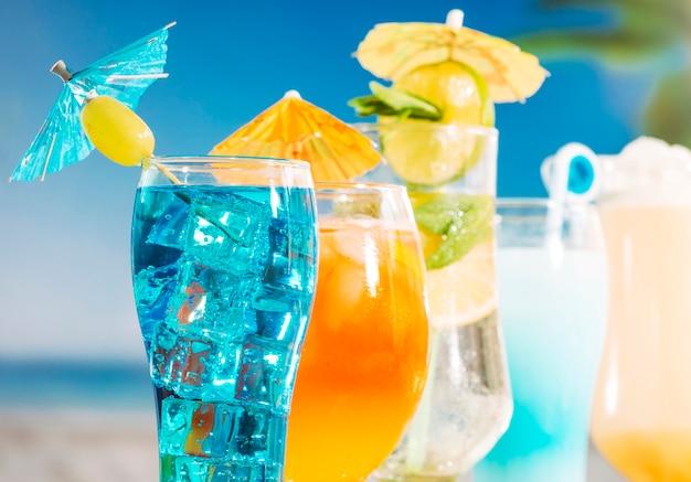 Bevanda di arancia blu con menta affettata di lime verde oliva nei bicchieri Foto Gratuite