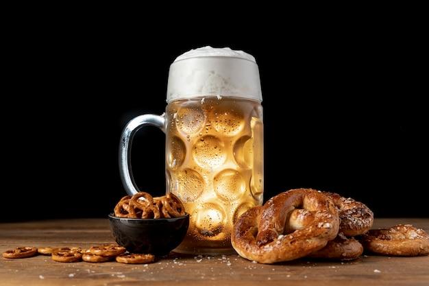 Bevanda e spuntini bavaresi su una tavola di legno Foto Gratuite