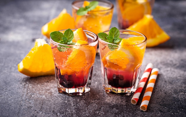 Bevanda estiva con arancia e frutti di bosco Foto Premium
