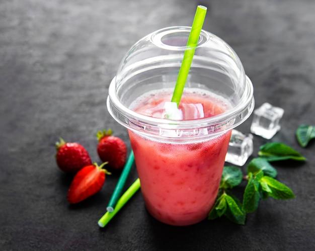 Bevanda estiva rinfrescante con fragole Foto Premium