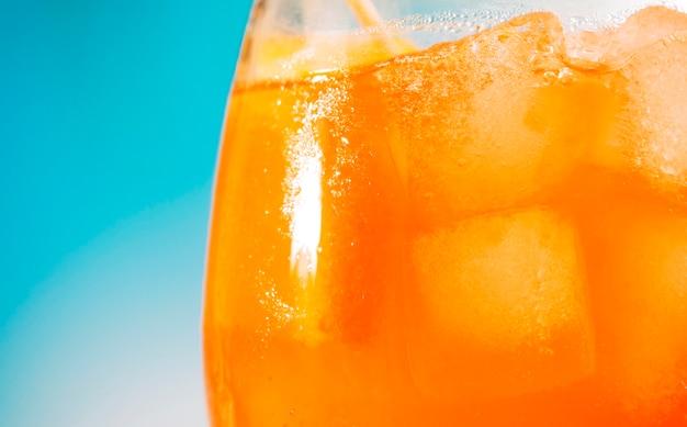 Bevanda fresca arancione brillante in vetro Foto Gratuite