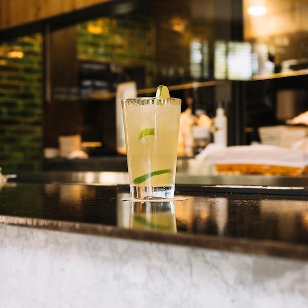 Bevanda mojito al banco bar Foto Gratuite