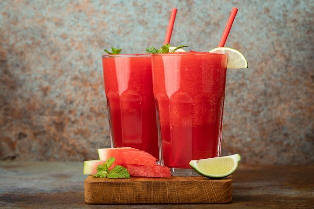 Bevanda rinfrescante di estate del fango dell'anguria in vetri alti. Foto Premium