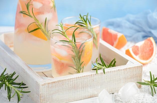 Bevanda rinfrescante estiva con pompelmo e rosmarino. Foto Premium
