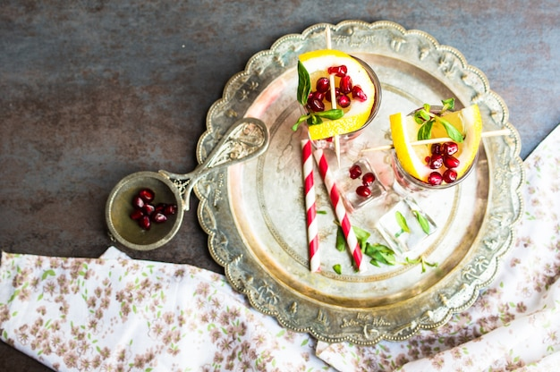 Bevanda salutare con melograno fresco Foto Premium