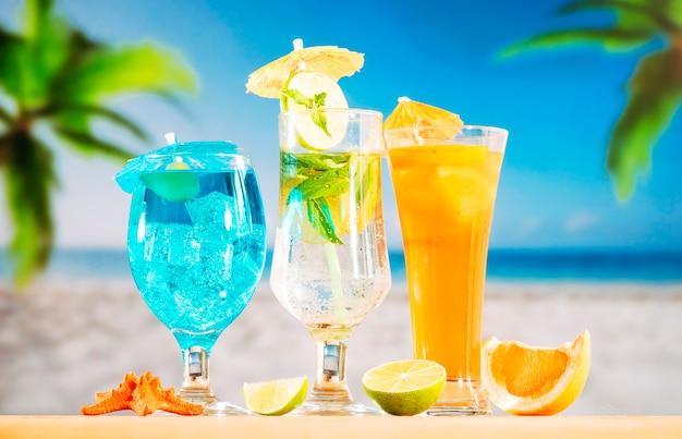 Bevande all'arancia blu menta e stelle marine rosse agrumate a fette Foto Gratuite
