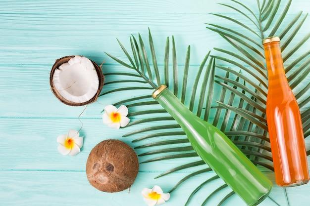 Bevande alla frutta in bottiglia e noci di cocco mature Foto Gratuite