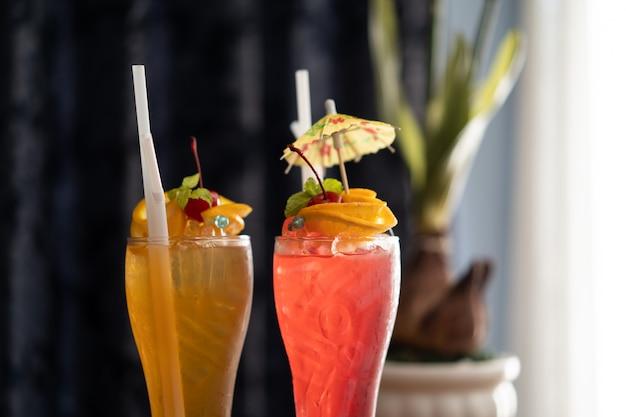 Bevande analcoliche colorate, cocktail in un lungo bicchiere trasparente Foto Premium