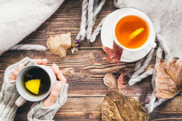 Bevande autunnali e sciarpa sul tavolo Foto Gratuite