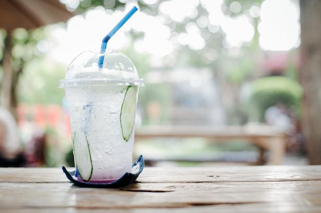 Bevande fredde con un'atmosfera luminosa e rinfrescante al mattino rendono duro il lavoro. Foto Premium