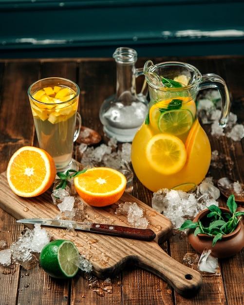 Bevande fresche con un sacco di ghiaccio sul tavolo Foto Gratuite