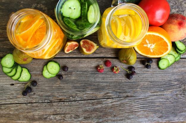 Bevande, frutta e verdure differenti su fondo di legno. vista dall'alto. distesi. Foto Premium