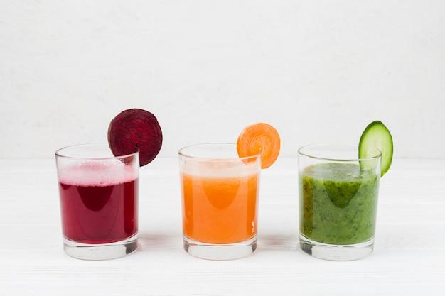 Bevande multicolori nei bicchieri Foto Gratuite