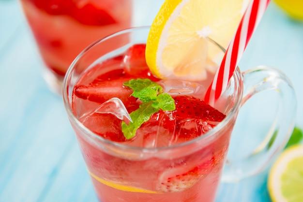 Bevande rinfrescanti alla fragola colorata per l'estate, Foto Premium