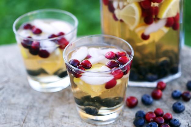 Bevande rinfrescanti su un moncone Foto Gratuite