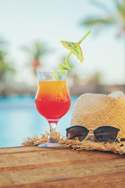 Bevi un cocktail in vacanza. Foto Premium