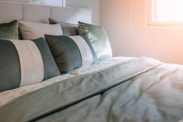 Biancheria da letto con cuscini e lenzuola bianche in camera di ...