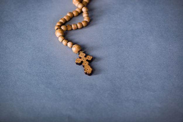 Bibbia e croce in concetto religioso Foto Premium