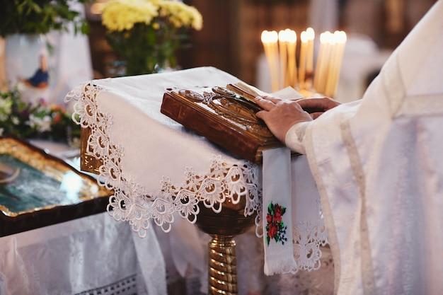 Bibbia sulla tavola dell'altare. fede e religione Foto Premium