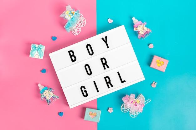Biberon, carrozzina con capezzolo lightbox su sfondo blu e rosa Foto Premium