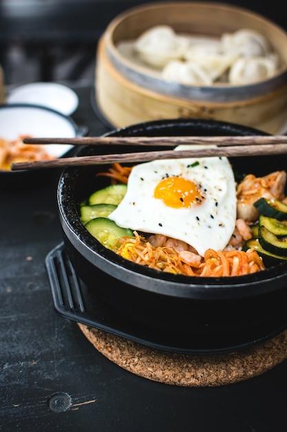 Bibimbap coreano con bastoncini Foto Gratuite