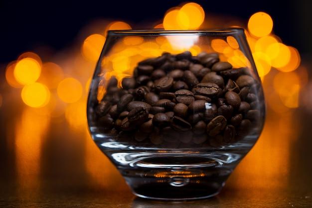 Bicchiere con chicchi di caffè Foto Gratuite