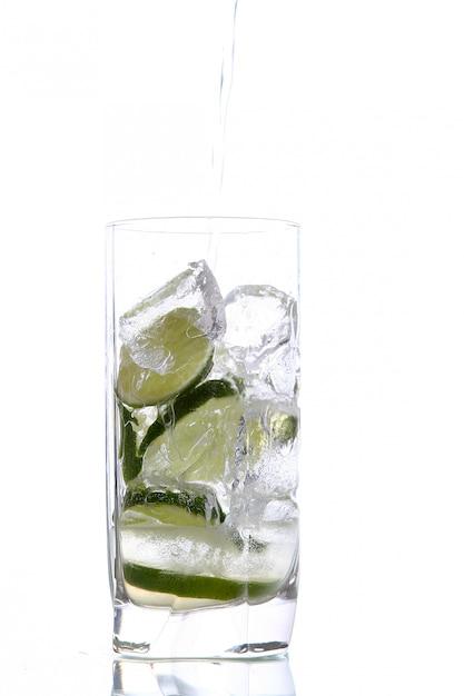 Bicchiere d'acqua con ghiaccio e lime Foto Gratuite