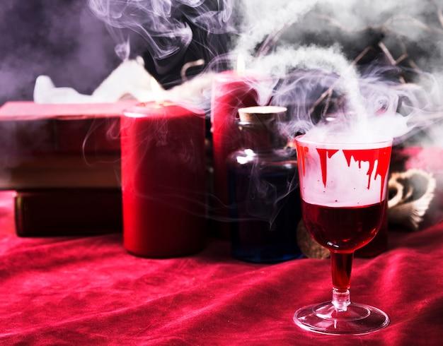 Bicchiere da vino con gocce sanguinanti e roba di halloween Foto Gratuite