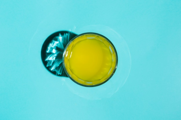 Bicchiere di acqua dipinta sul tavolo Foto Gratuite