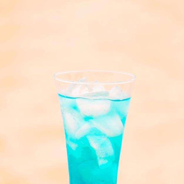 Bicchiere di bevanda blu fresca con cubetti di ghiaccio Foto Gratuite